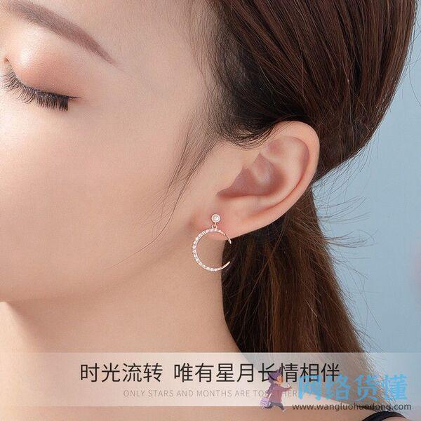 女人戴一对耳环好看吗